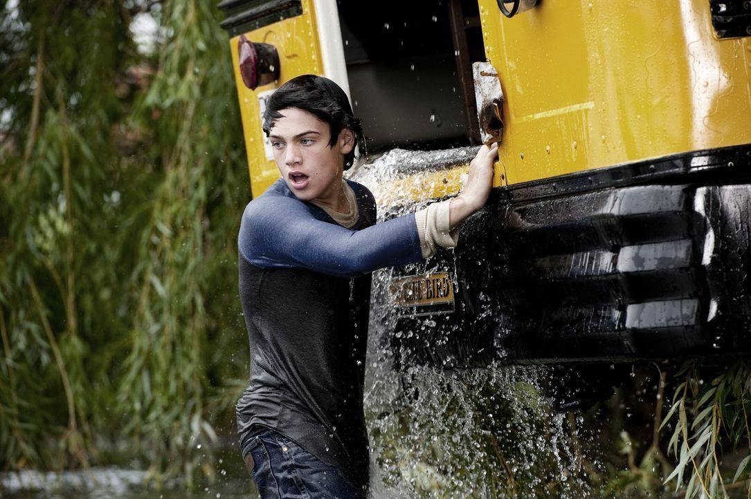 Als er seine Mitschüler vor dem sicheren Tod bewahrt, muss der junge Clark Kent (Dylan Sprayberry) erkennen, dass er nicht so ist wie andere Mensche... - Bildquelle: 2013 Warner Brothers