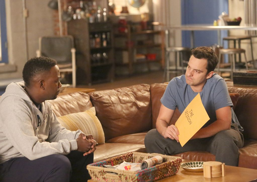 Sollen endlich mal eine Entscheidung in ihrem Leben treffen: Winston (Lamorne Morris, l.) und Nick (Jake Johnson, r.) ... - Bildquelle: Patrick McElhenney 2016 Fox and its related entities.  All rights reserved.