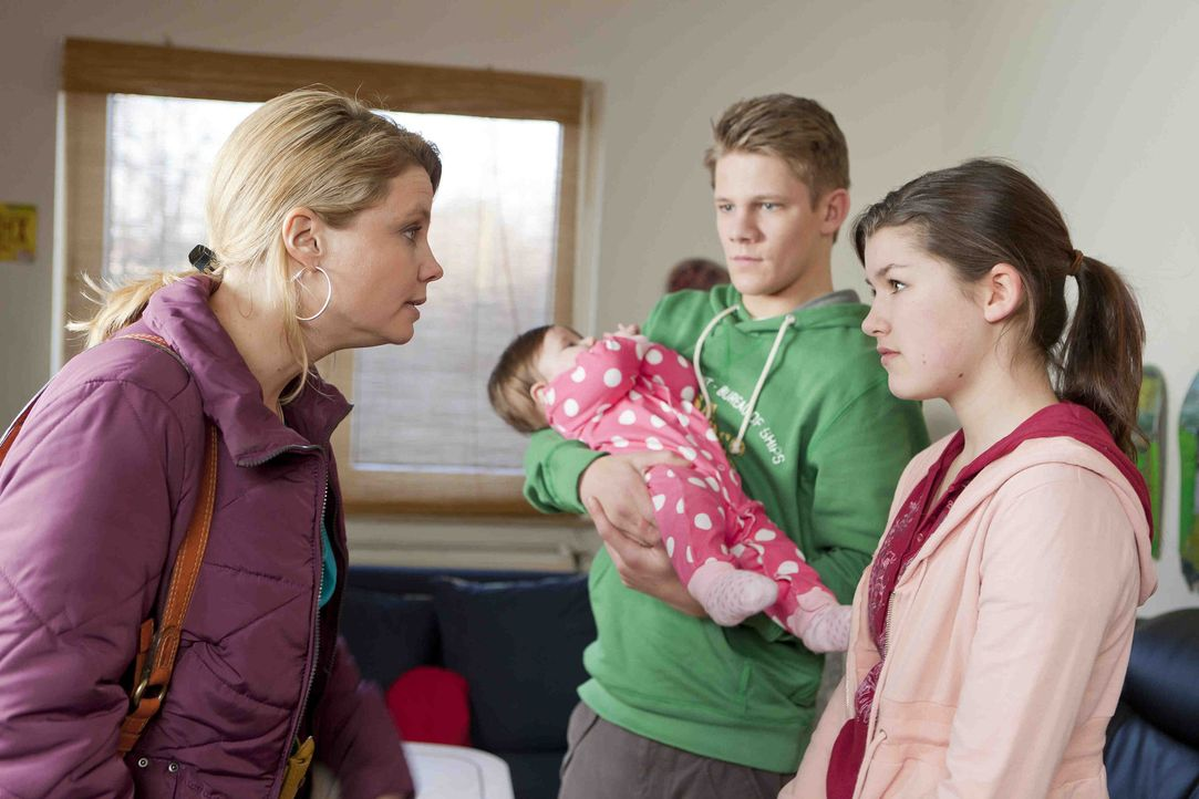 Ein neuer Fall: Danni (Annette Frier, l.) versucht Stefanie (Emma Grimm, l.) und Mirco (Max von der Groeben, 2.v.r.) zu helfen, ihre kleine Tochter... - Bildquelle: Frank Dicks SAT.1