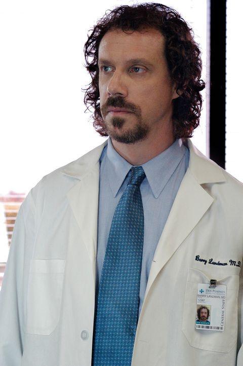 Die Spur des Serienkillers führt in ein Krankenhaus. Hat Dr. Barry Landman (Marcus Giamatti) etwas mit den Morden zu tun? - Bildquelle: Gale Adler Touchstone Television