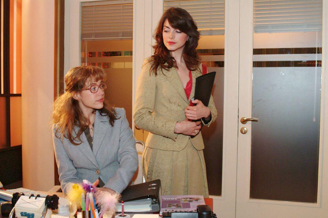 Lisa (Alexandra Neldel, l.) ist von David für zwei Wochen Mariella (Bianca Hein, r.) zur Unterstützung zugeteilt worden. Beide sind darüber nicht... - Bildquelle: Sat.1