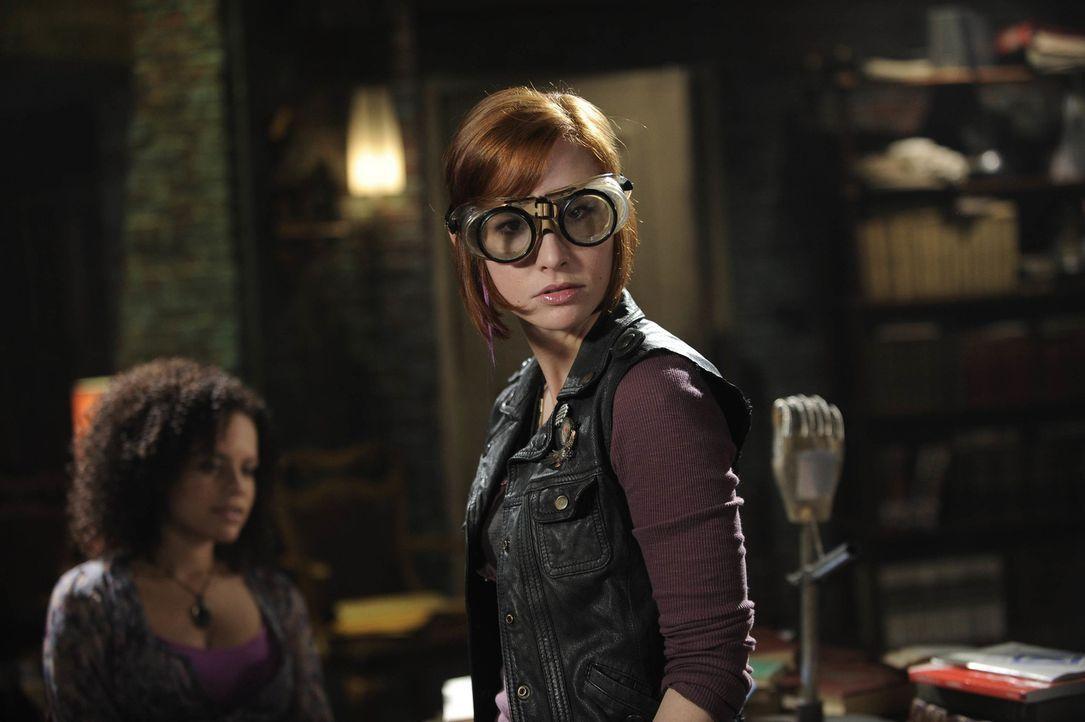 Die Warehouse-Agenten Leena (Genelle Williams) und Claudia (Allison Scagliotti) versuchen, einen wahnsinnigen Sammler zu stoppen ... - Bildquelle: Philippe Bosse SCI FI Channel
