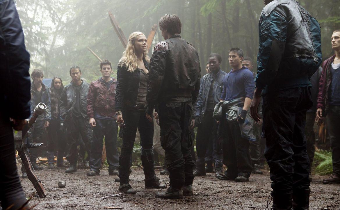 Als Clarke (Eliza Taylor, vorne l.) sich entscheidet, allen zu verkünden, dass Murphy (Richard Harmon, vorne r.) der vermeintliche Mörder von Wells... - Bildquelle: Warner Brothers