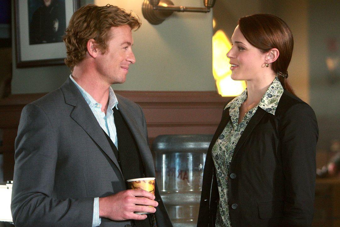 Zwei Ärzte wurden ermordet: Patrick Jane (Simon Baker, l.) und Grace Van Pelt (Amanda Righetti, r.) versuchen gemeinsam mit ihren Kollegen den Tät... - Bildquelle: Warner Bros. Television
