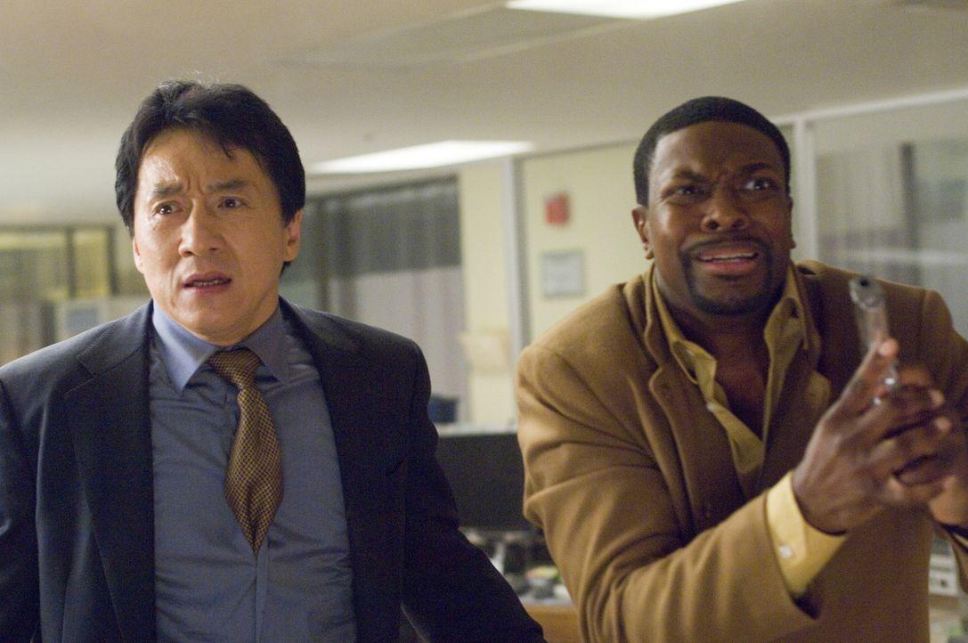 Nachdem der chinesische Botschafter Han bei einer Rede vor dem internationalen Strafgerichtshof angeschossen wurde, macht sich das unfreiwillige Duo... - Bildquelle: Warner Bros.