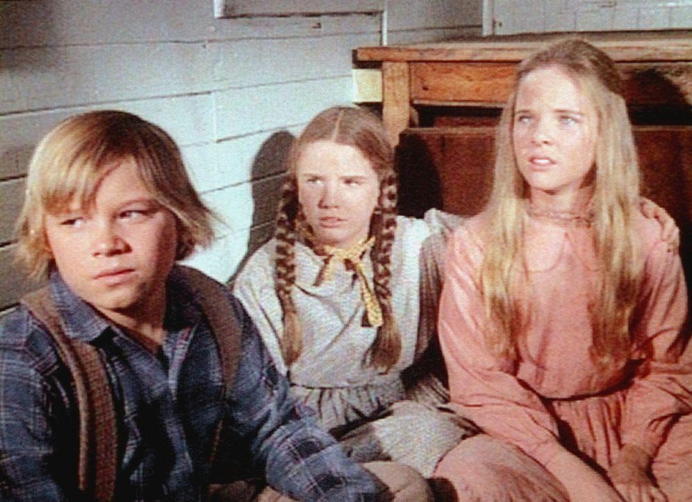Carl (Brian Part, l.), Mary (Melissa Sue Anderson, M.) und Laura (Melissa Gilbert, r.) bangen in dem führerlosen Waggon um ihr Leben. - Bildquelle: Worldvision
