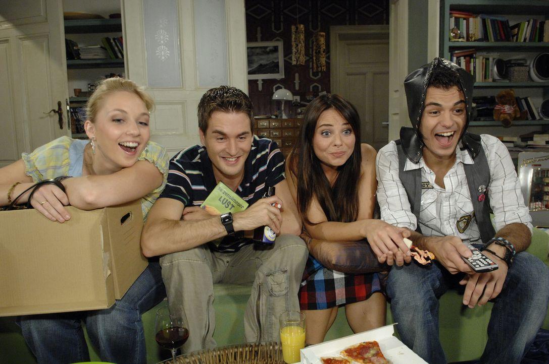 Ein lustiger Abend in der WG (v.l.n.r.): Lily (Jill Funke), Lars (Alexander Klaws), Paloma (Maja Maneiro) und Maik (Sebastian Koenig) - Bildquelle: Sat.1