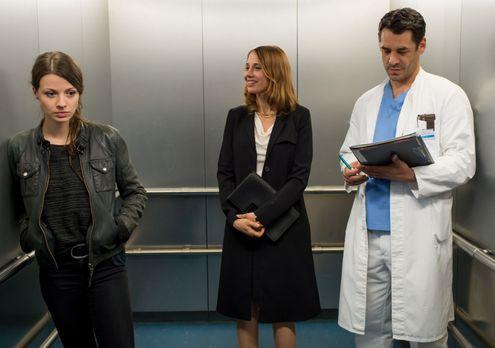 Frauenherzen - Erst als Frida (Julia Hartmann, l.) im Krankenhausaufzug auf M...
