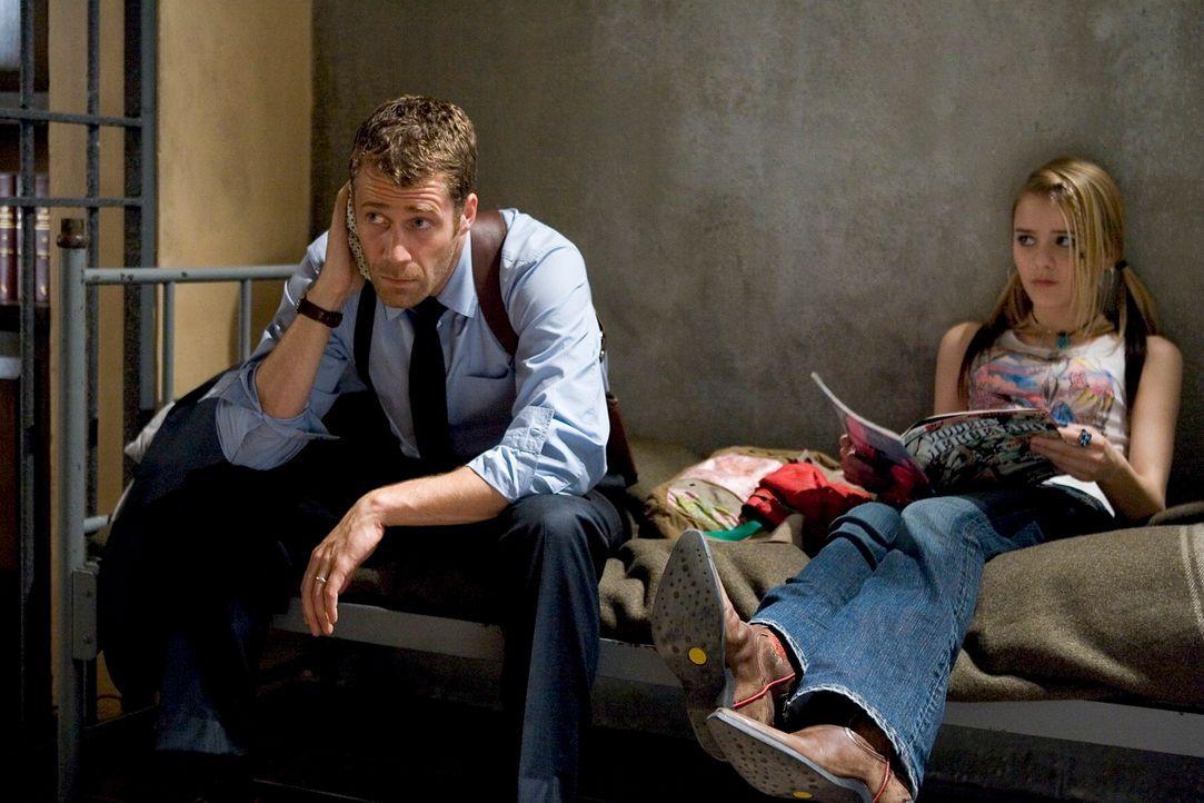 Marshal Jack Carter (Colin Ferguson, l.) will seine Tochter Zoe (Jordan Hinson, r.) nach Los Angeles bringen, hat unterwegs allerdings einen Unfall... - Bildquelle: Universal Television