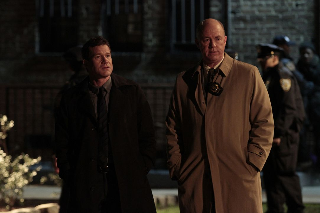 Ermitteln in einem Mordfall: Al Burns (Dylan Walsh, l.) und Mike Costello (Michael Gaston, r.) ... - Bildquelle: 2011 CBS Broadcasting Inc. All Rights Reserved.