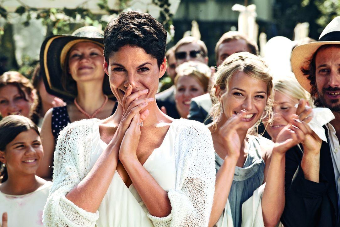 Wider Erwarten erweist sich die Trennungspause von Katharina (Jasmin Gerat, M.) und Henry als der große Glücksbringer für etliche einsame Herzen ...... - Bildquelle: 2013   Warner Bros.