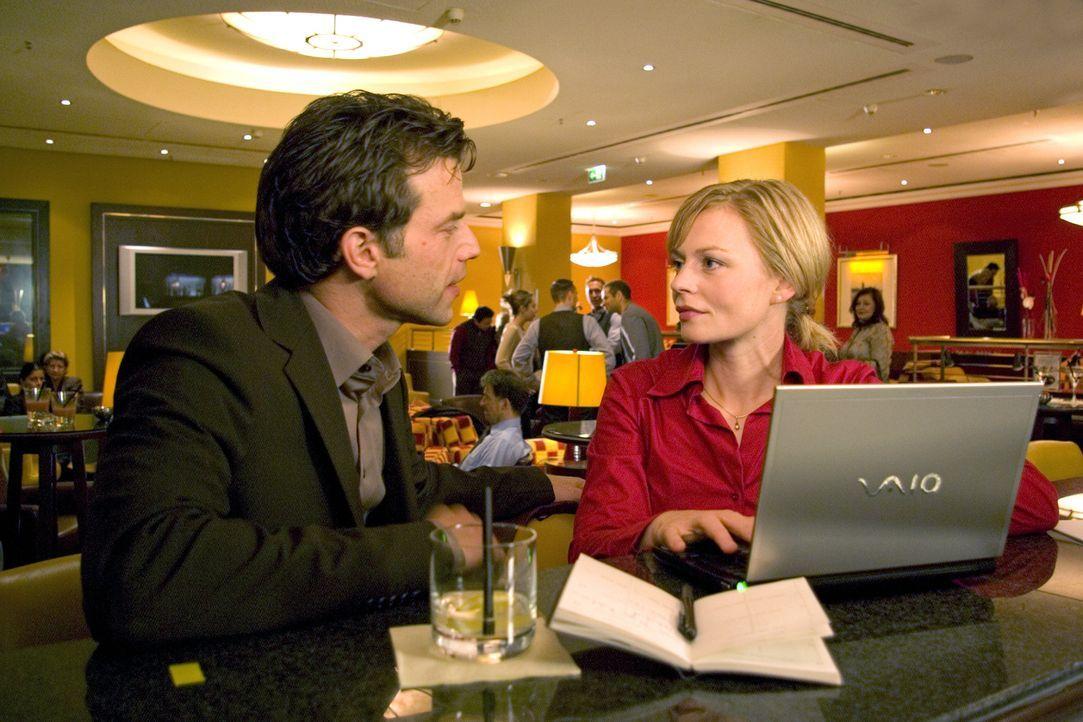 Auf einem Kongress lernt Martina (Susanna Simon, r.) den Hydrologen Dirk Berger (Johannes Brandrup, l.) kennen und verbringt einen Nacht mit ihm ... - Bildquelle: Sat.1