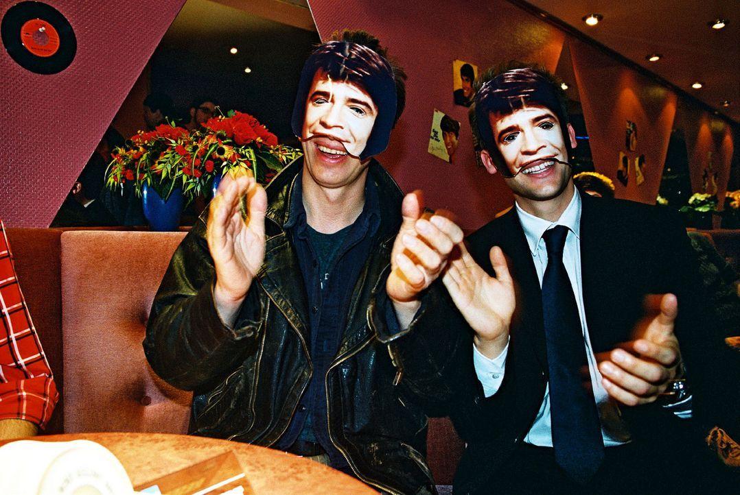 Ringo (Rufus Beck, l.) und Karsten Schmitt (Thorsten Feller, r.) recherchieren in einer Roy Black-Karaoke Show. - Bildquelle: Hardy Spitz Sat.1