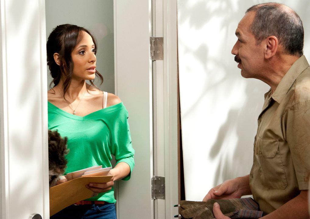 Hat Raul (Michael Fraguada, r.) gute Neuigkeiten für Rosie (Dania Ramirez, l.)? Unterdessen sucht Marisol weiter nach der Wahrheit ... - Bildquelle: ABC Studios