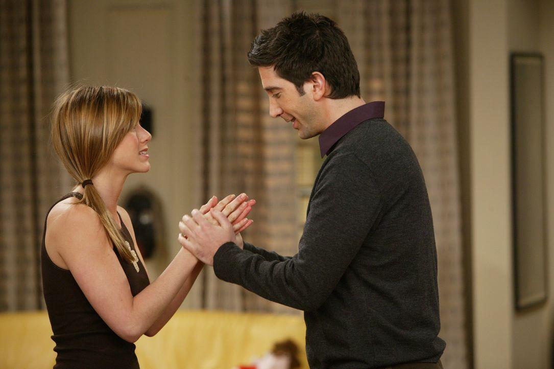 Nachdem sie eine wunderbare Nacht zusammen verbracht haben, nimmt Rachel (Jennifer Aniston, l.) Abschied von Ross (David Schwimmer, r.) ... - Bildquelle: 2003 Warner Brothers International Television