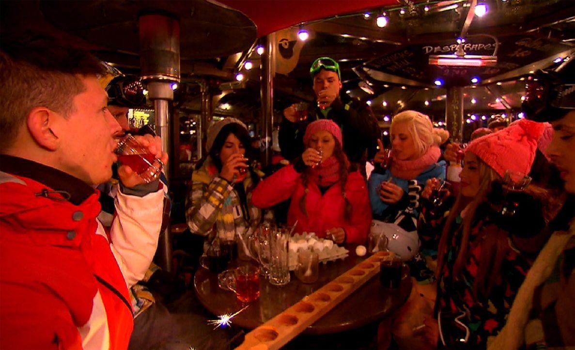 Après -Ski ist angesagt: Der Pole (l.), Emilio (r.), Lory Glory (2.v.r.), Jerôme (2.v.l.), Ling-Ling (3.v.l.), Leo (3.v.r.), Bauer (M.), Gee und M... - Bildquelle: ProSieben
