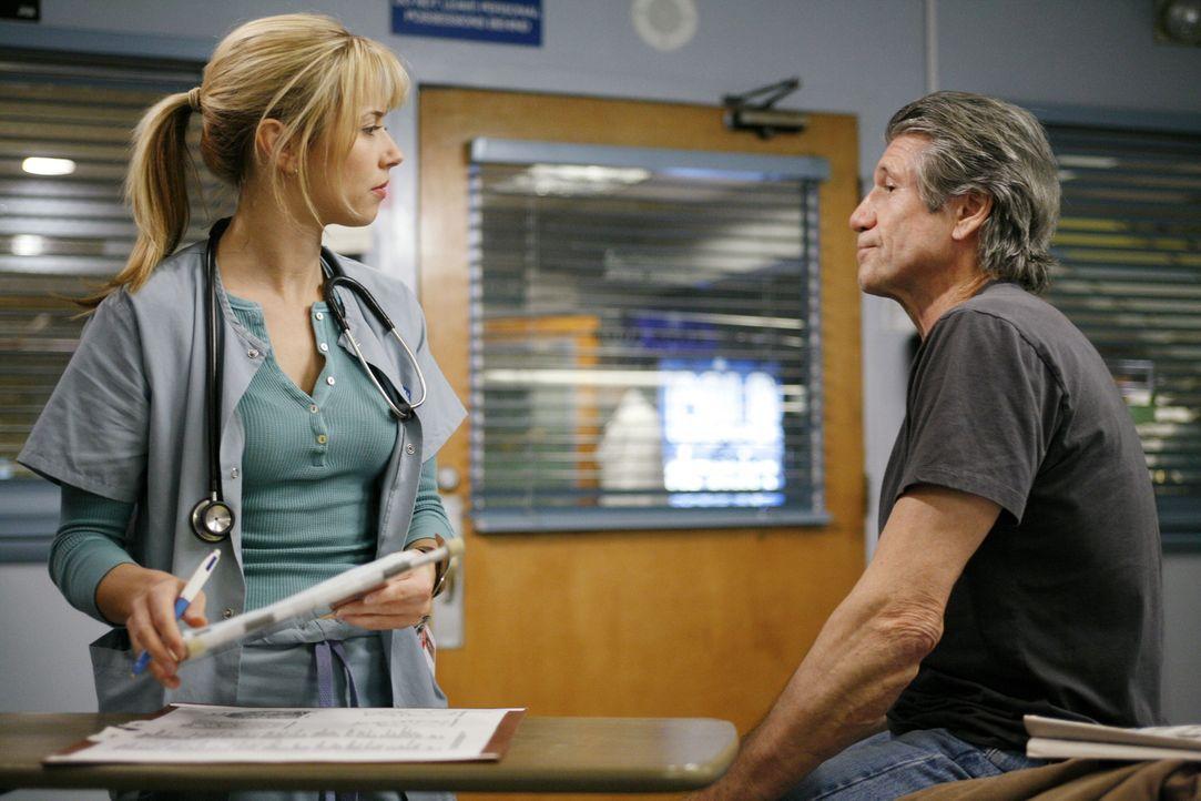 Sam (Linda Cardellini, l.) nimmt die Personalien von Eddie (Fred Ward, r.) auf ... - Bildquelle: Warner Bros. Television