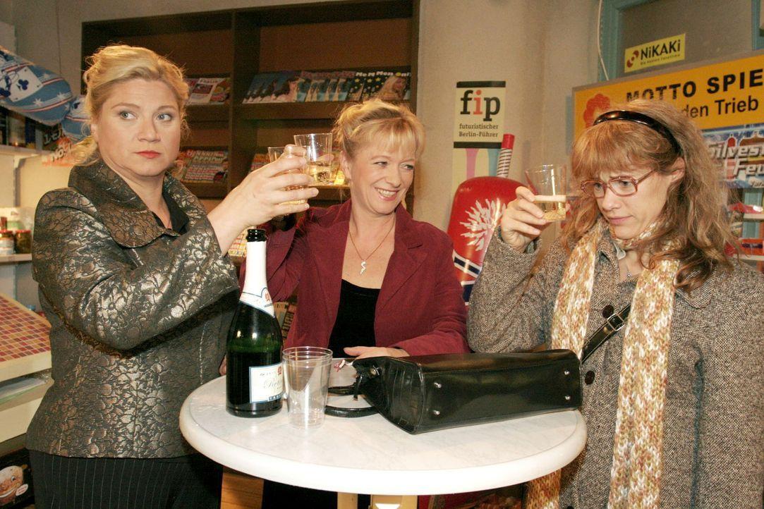 Gemeinsam mit Agnes (Susanne Szell, r.) und Helga (Ulrike Mai, M.) stößt Lisa (Alexandra Neldel, r.) auf ein neues Jahr voller Liebe an. - (Dieses... - Bildquelle: Noreen Flynn Sat.1