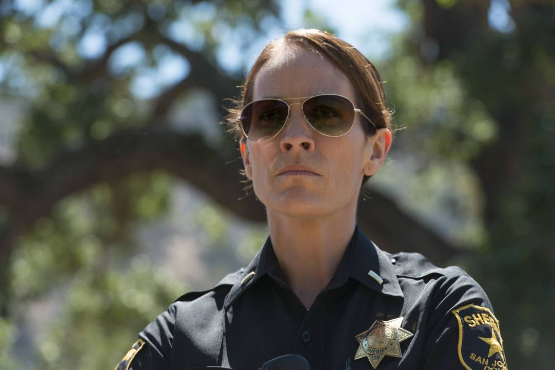 Weiß nicht, ob sie Wayne vertrauen kann, was seine Beschattungsqualitäten betrifft: Sheriff Althea Jarry (Annabeth Gish) ... - Bildquelle: Prashant Gupta 2013 Twentieth Century Fox Film Corporation and Bluebush Productions, LLC. All rights reserved.