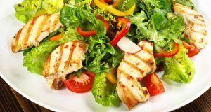 Wer mit Sport abnehmen will, muss auch seine Ernährung umstellen. Ein Salat m...