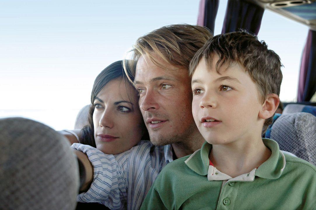 Griechenland-Urlaub zu dritt: Es ist das erste Mal, dass Claudia (Bettina Zimmermann, l.) zusammen mit ihrem Freund Thomas (Andreas Pietschmann, M.) und ihrem neunjährigen Sohn Timmy (Jannis Michel, r.) verreist.