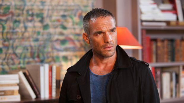 Als Rocher (Philippe Bas) eine Verdächtige beschattet, wird er Zeuge ihrer Ne...