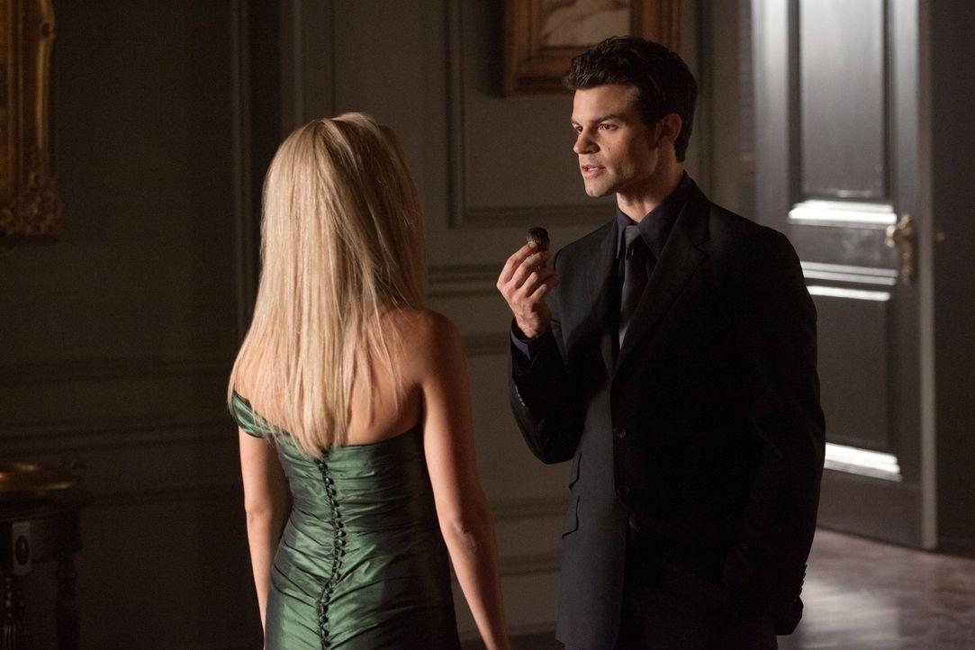 Elijah (Daniel Gillies, r.) spricht mit Rebekah (Claire Holt, l.) über das seltsame Verhalten ihrer Mutter. Hat sie wirklich vor, die ganze Familie... - Bildquelle: Warner Brothers