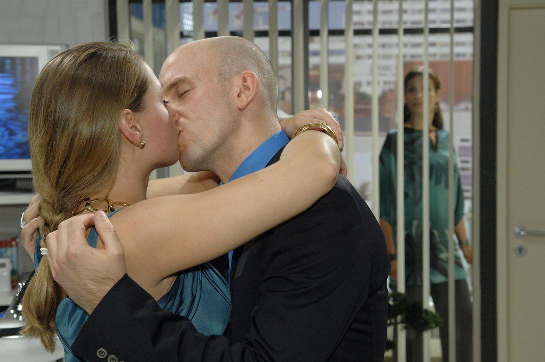 Auch das gehört zu ihrem Racheplan: Katja (Karolina Lodyga, l.) gibt sich Gerrit (Lars Löllmann, 2.v.r.) hin, was Natascha (Franziska Matthus, r.)... - Bildquelle: Sat.1