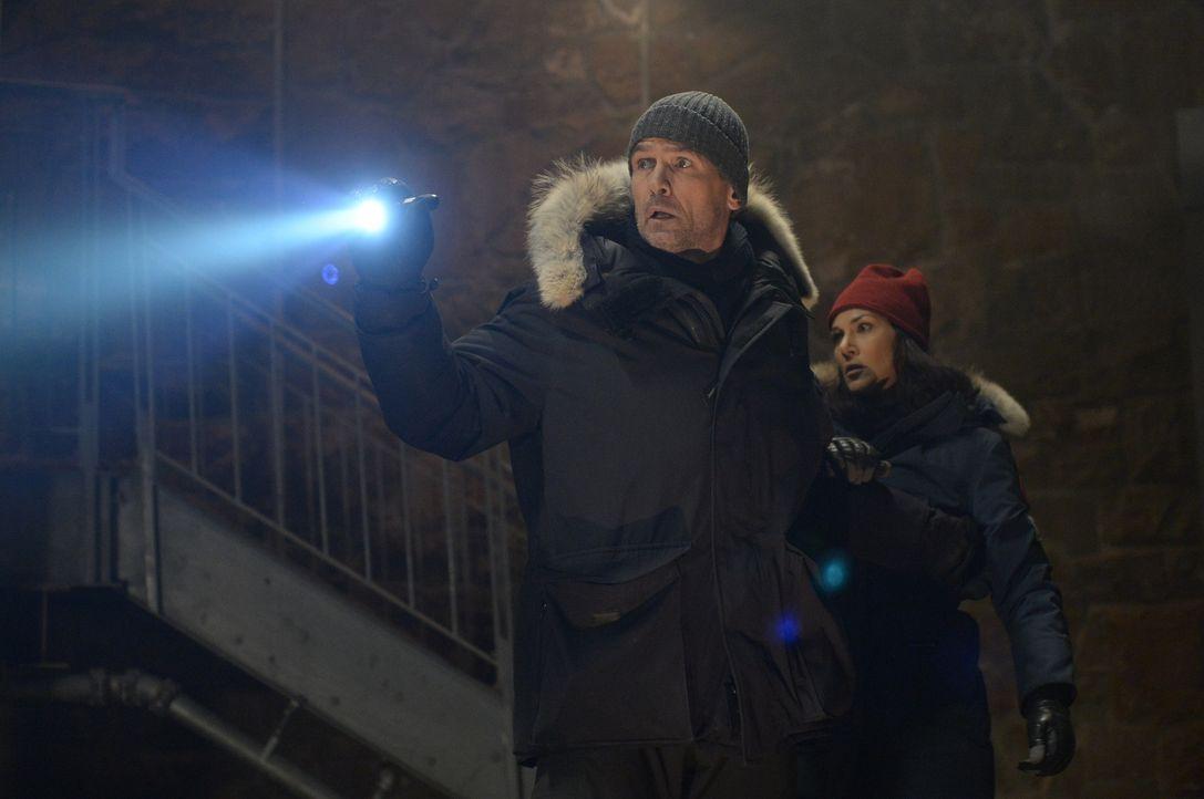 Machen eine erstaunliche Entdeckung auf Ebene X: Alan (Billy Campbell, l.) und Julia (Kyra Zagorsky, r.) ... - Bildquelle: 2014 Sony Pictures Television Inc. All Rights Reserved.