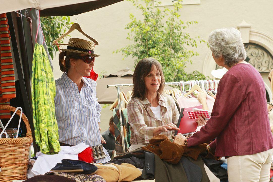 Räumungsverkauf: Nora (Sally Field, M.) will unbedingt die Garage leer räumen und alles verkaufen, sehr zum Leidwesen von Sarah (Rachel Griffiths, l... - Bildquelle: 2008 ABC INC.