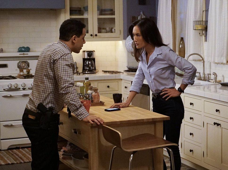 Während Perry merkt, dass er dem psychopathischen Ray nicht gewachsen ist, geraten Beth (Maggie Q, r.), Ben (Victor Rasuk, l.) und die andern durch... - Bildquelle: Warner Bros. Entertainment, Inc.