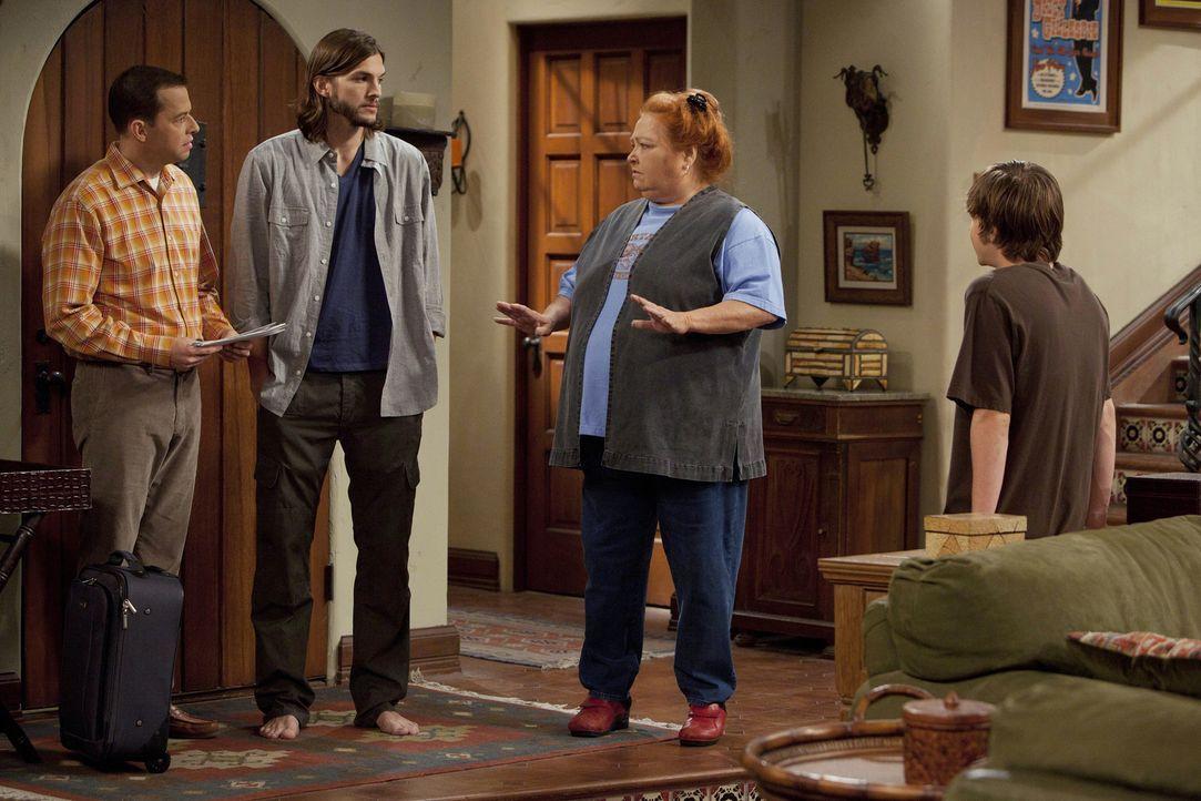 Als Alan aus der Nervenklinik entlassen wird, erwarten ihn zu Hause schreckliche Nachrichten: Alan (Jon Cryer, l.), Walden (Ashton Kutcher, 2.v.l.),... - Bildquelle: Warner Brothers Entertainment Inc.
