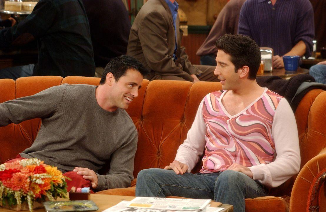 Während Ross (David Schwimmer, r.) ein Date mit Joan hat, tickt Joey (Matt LeBlanc, l.) bei seinem Date mit Sarah total aus ... - Bildquelle: 2003 Warner Brothers International Television