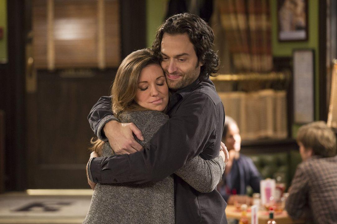 Trotz ihrer Differenzen haben sie sich lieb: Leslie (Bianca Kajlich, l.) und Danny (Chris D'Elia, r.) ... - Bildquelle: Warner Brothers