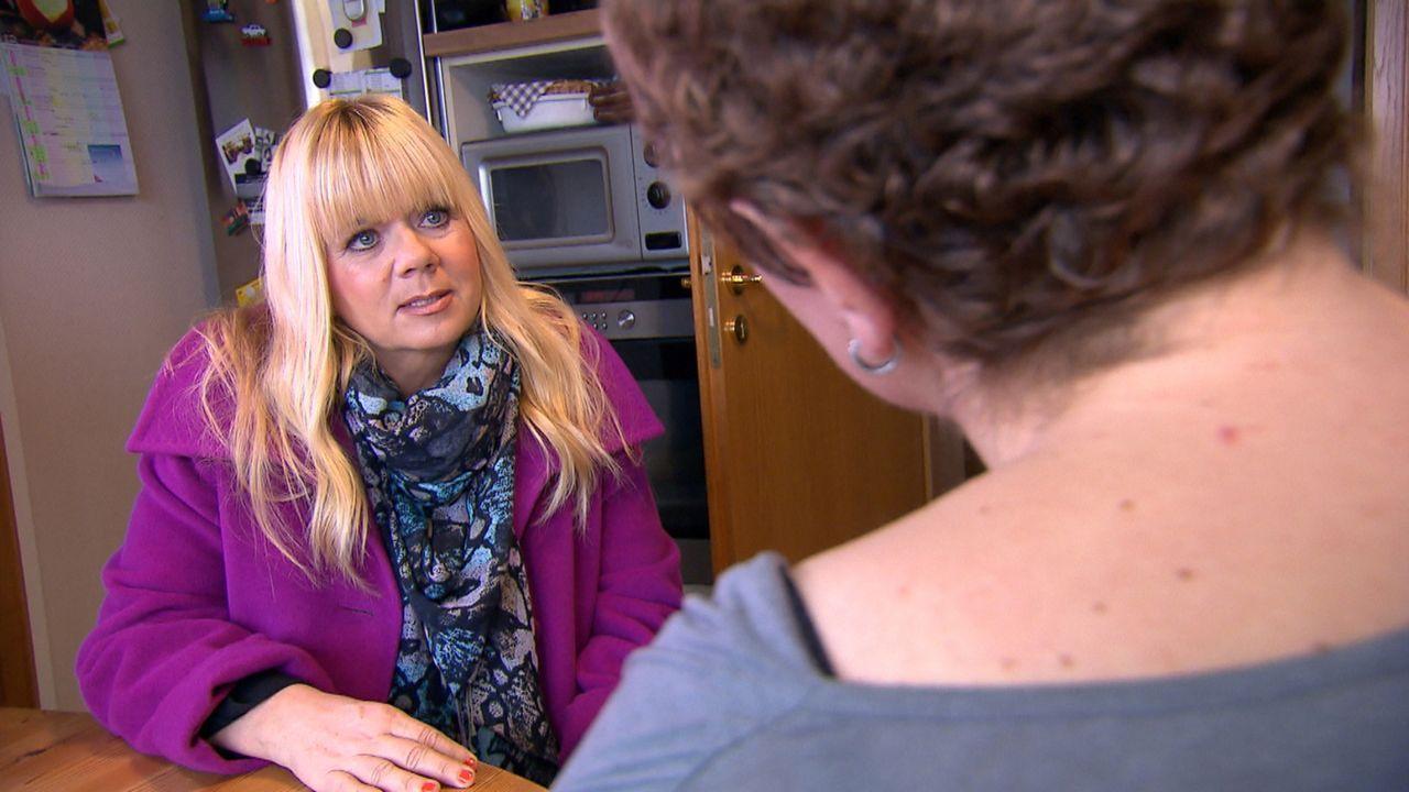 Um sich mit ihrem Vater wieder zu versöhnen, braucht Denise die Hilfe von Julia Leischik (l.). Doch wird sie es schaffen, die beiden wieder näher zu... - Bildquelle: SAT.1