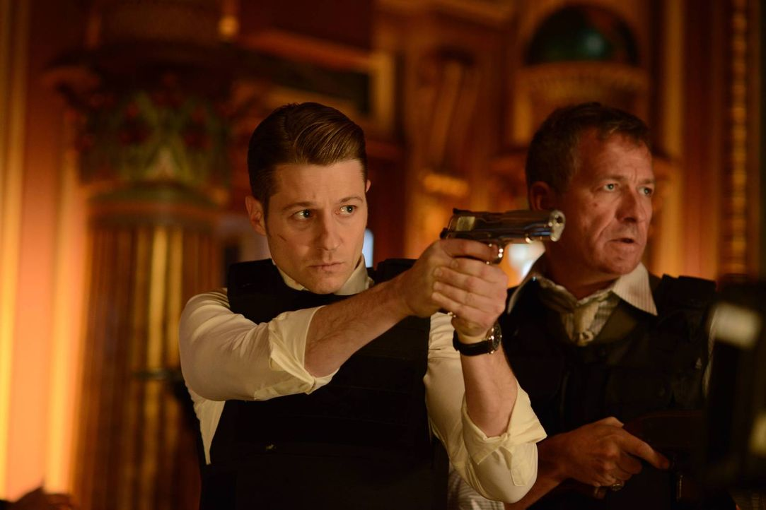 Während Gordon (Ben McKenzie, l.) und Alfred (Sean Pertwee, r.) alles versuchen, um Bruce zu retten, kommt es in der Stadt zwischen einigen Bösewich... - Bildquelle: Warner Brothers