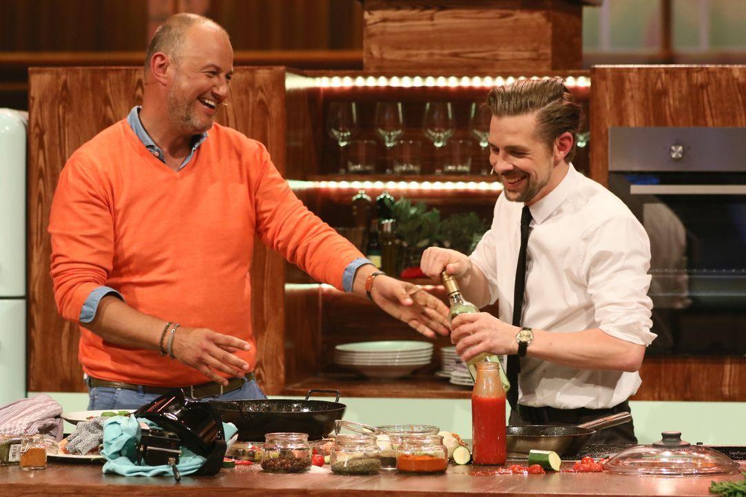 """Haben Klaas Heufer-Umlauf (r.) und sein Gast Frank Rosin (l.) mit der Kochshow """"Das Auge isst mit"""" das Rezept für die beste Unterhaltung gefunden? - Bildquelle: Guido Engels ProSieben"""