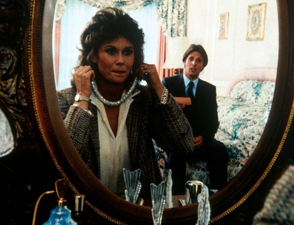 Für Amanda (Kate Jackson, l.) wird ein Traum wahr: Sie verwandelt sich in eine schwer reiche Millionärswitwe. - Bildquelle: CBS Television