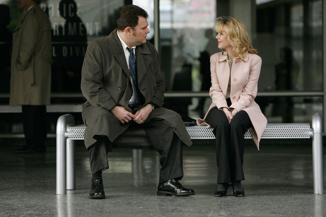 Megan (Sarah Aldrich, r.), die Jugendliebe von Nick Vera (Jeremy Ratchford, l.), bittet den Detective um Hilfe: Sie möchte den Unfalltod ihrer Schw... - Bildquelle: Warner Bros. Television