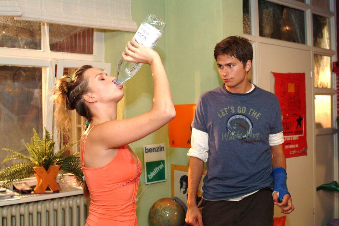 Hannah (Laura Osswald, l.) bemerkt nicht, dass Timo (Matthias Dietrich, r.) sie plötzlich mit anderen Augen betrachtet. - Bildquelle: Monika Schürle Sat.1