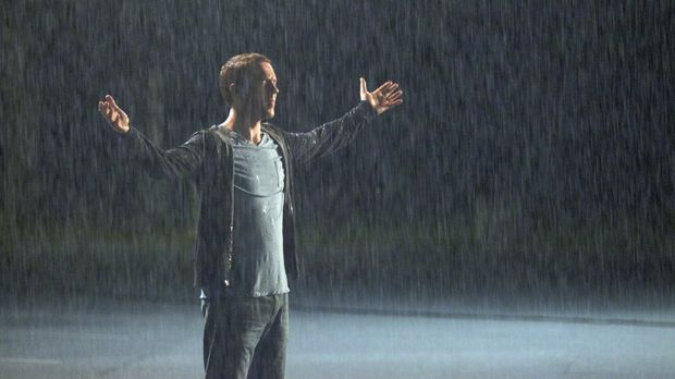 Eine Unterhaltung im Regen lässt Nick (Damian Lewis) für kurze Zeit seine Pro...