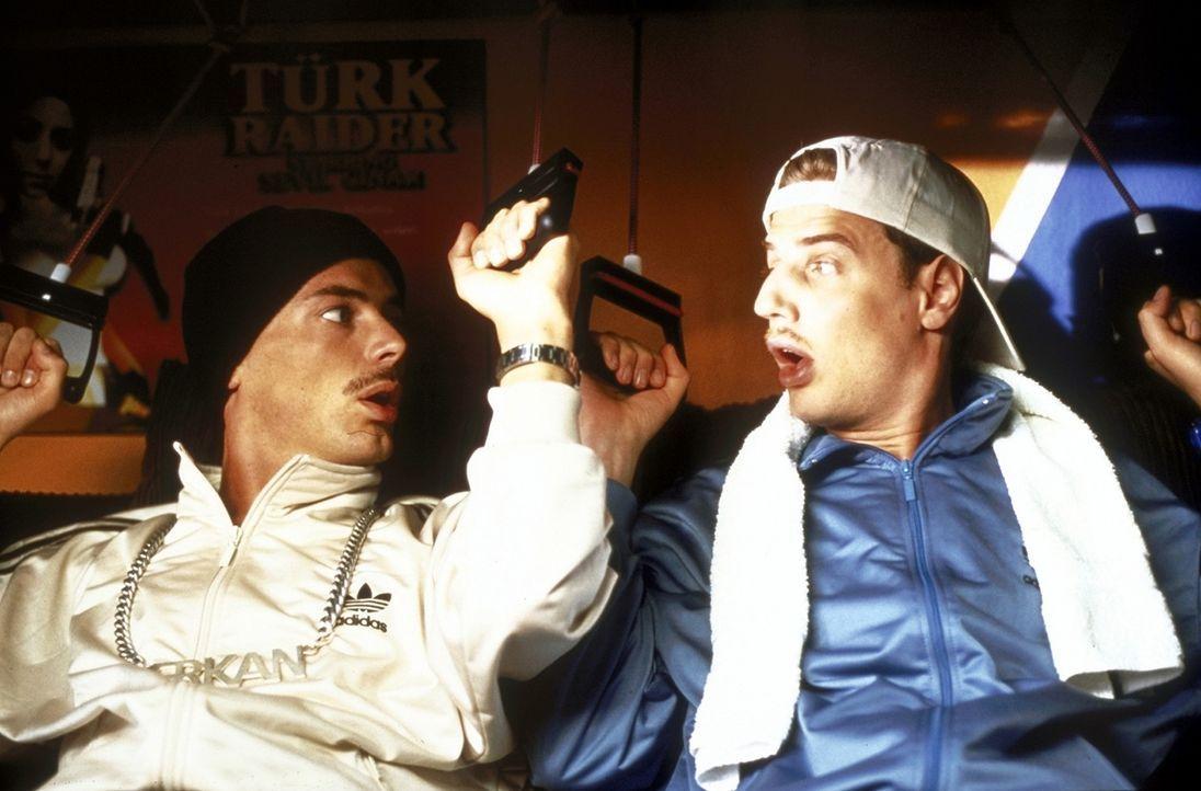 Täglich unterwerfen sich Erkan (Erkan Moosleitner, l.) und Stefan (Stefan Lust, r.) einem harten Training, um ihre muskulösen Körper weiterhin fi... - Bildquelle: Constantin Film