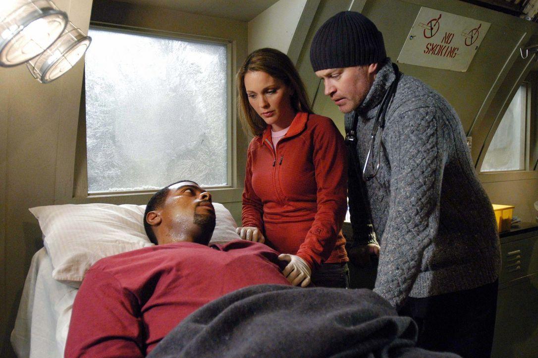 Nicht klar ob Powell (Troy Winbush, l.) überleben wird, teilt er seinen Kollegen Natalie (Kelli Williams, M.) und Connor (Neal McDonough, r.) seine... - Bildquelle: CBS Television