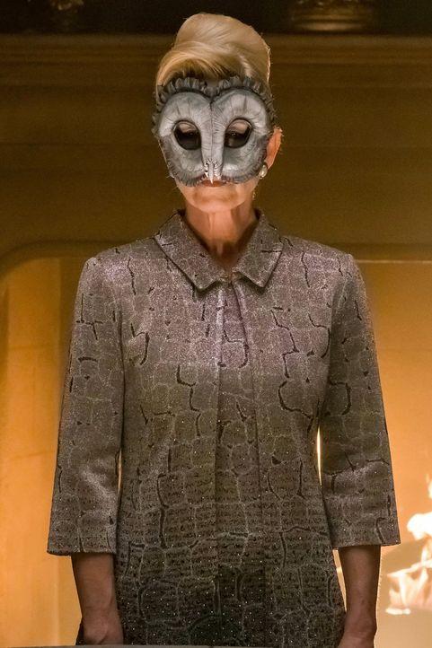 Kathryn (Leslie Hendrix) und ihr Rat möchten Gotham zerstören. Doch wird man sie aufhalten können? - Bildquelle: Warner Brothers