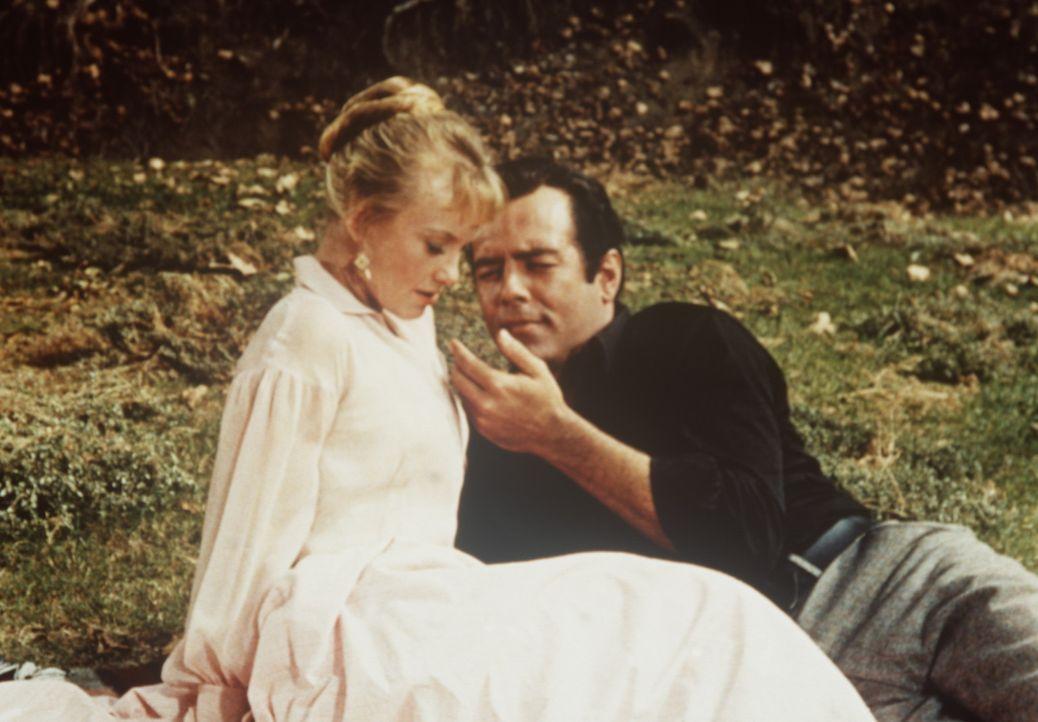 Adam Cartwright (Pernell Roberts, r.) hat sich in Sue Ellen (Fay Spain, l.) verliebt. - Bildquelle: Paramount Pictures