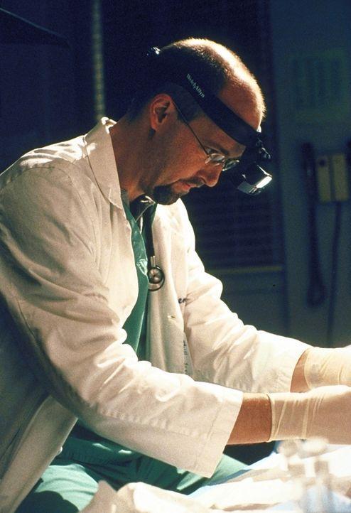 Dr. Greene (Anthony Edwards) benutzt im Labor eine Ersatztaschenlampe. - Bildquelle: TM+  2000 WARNER BROS.
