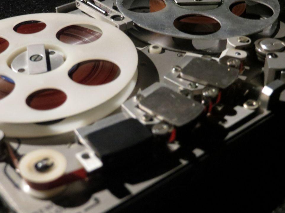 Don Wildman befasst sich mit einem Tonbandgerät eines FBI-Agenten ... - Bildquelle: 2014, The Travel Channel, L.L.C. All Rights Reserved.