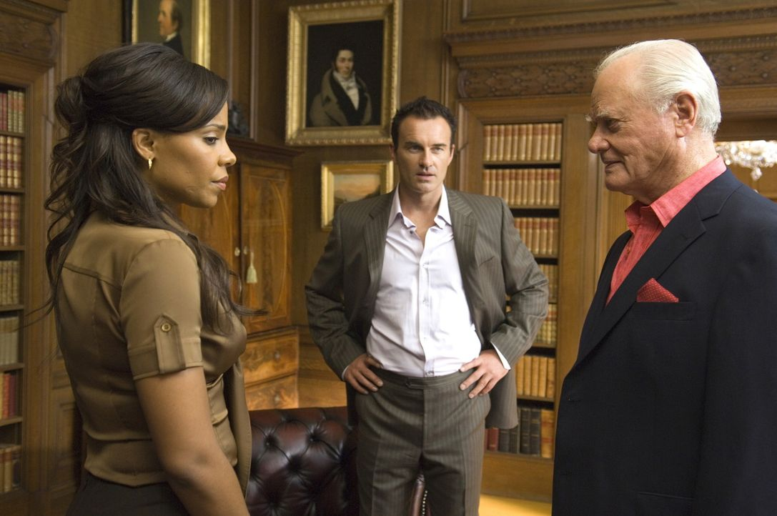 Burt (Larry Hagman, r.) will Christian (Julian McMahon, M.) zwingen, mit Michelle (Sanaa Lathan, l.) zu schlafen, während er den beiden zuschaut ... - Bildquelle: TM and   2004 Warner Bros. Entertainment Inc. All Rights Reserved.