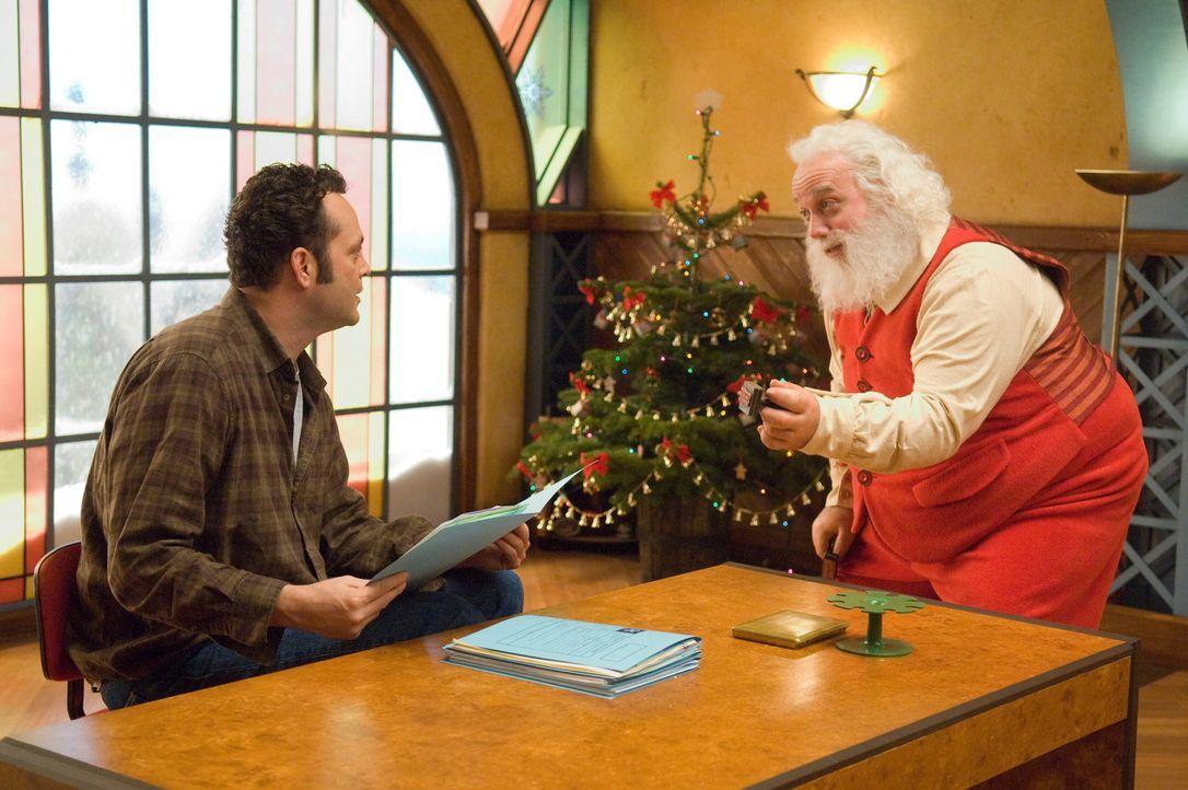 Um seinem legendären Namen Ehre zu machen, will Nicholas (Paul Giamatti, r.) stets alle Welt beschenken, während Fred (Vince Vaughn, l.) genau den... - Bildquelle: Warner Brothers