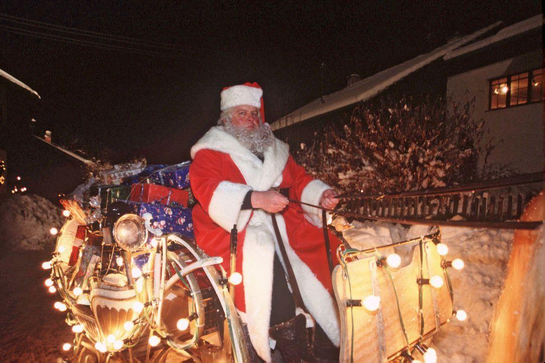 Während Resi, Benno und Sabrina noch vor dem Haus stehen, fährt plötzlich der Weihnachtsmann (Ottfried Fischer) vorbei! - Bildquelle: Magdalena Mate Sat.1